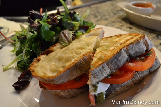 Foto do sanduíche de caprese com salada do Portobello