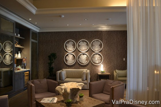 Além das salas dos serviços existe um espaço bem gostoso dentro do SPA para você relaxar.