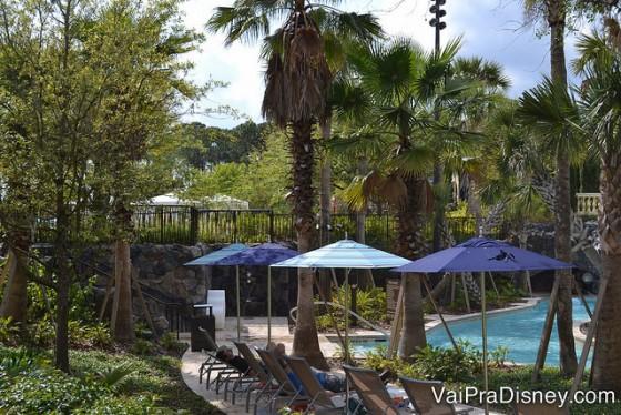 Do lado das piscinas tem vários pontos gostosos para tomar sol, alguns mais expostos e outros mais reservados, com cadeiras e guarda-sóis