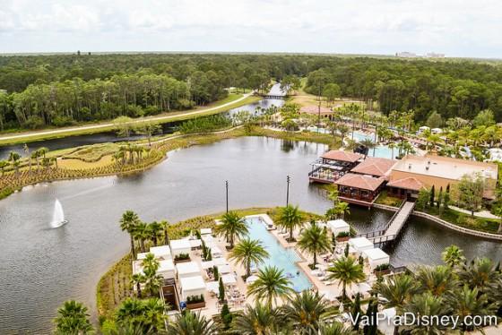 O Four Seasons visto de cima, com o lago ao redor e as piscinas rodeadas de palmeiras
