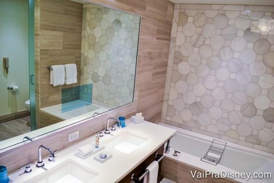 Foto do banheiro do Four Seasons Orlando mostrando a pia e a banheira