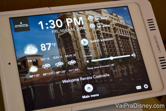 O tablet que fica do lado da cama com informações dos hotéis, menus e várias funções
