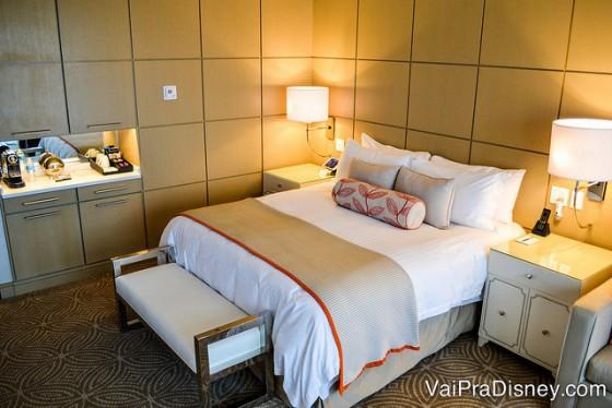 Foto do quarto do Four Seasons Orlando, com uma cama de casal, mesinha de cabeceira e mini cozinha ao lado
