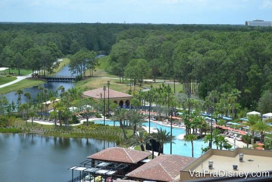 Piscinas do Four Seasons Orlando Resort. Foto das piscinas rodeadas de palmeiras, vistas de cima, da janela do quarto