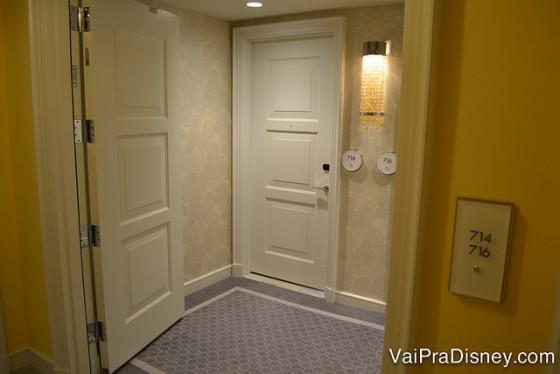 As portas do quarto estão ao fundo mas você pode fechar a parte do corredor e fazer quartos conjugados