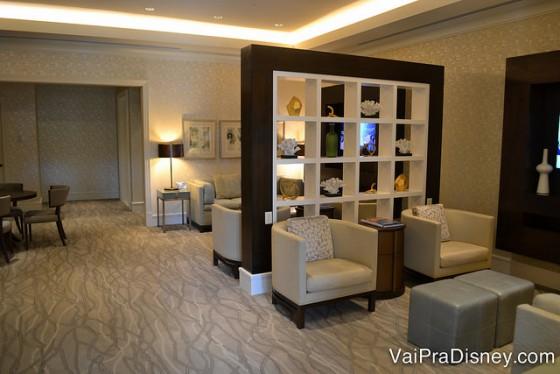 Foto do Late Departure Lounge, onde os visitantes que já fizeram check-out podem ficar, com sofás e poltronas confortáveis