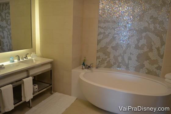 Foto da banheira oval de um dos quartos mais premium do Four Seasons Orlando.
