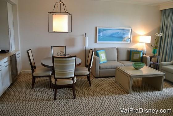As suítes mais chiques possuem salas completas para a família. Foto da sala com mesa de 4 lugares e sofás