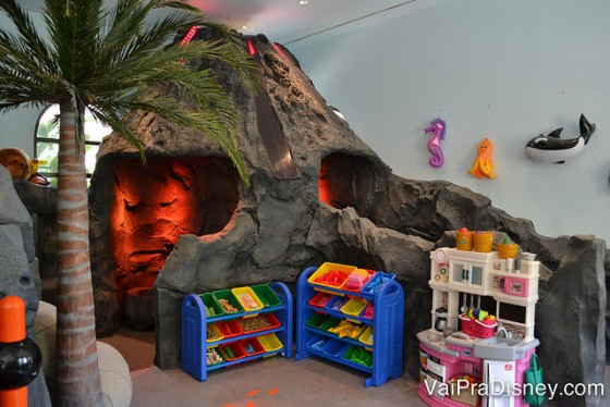 Área das crianças pequenas no Four Seasons Orlando, com brinquedos e uma montanha de mentira para brincar