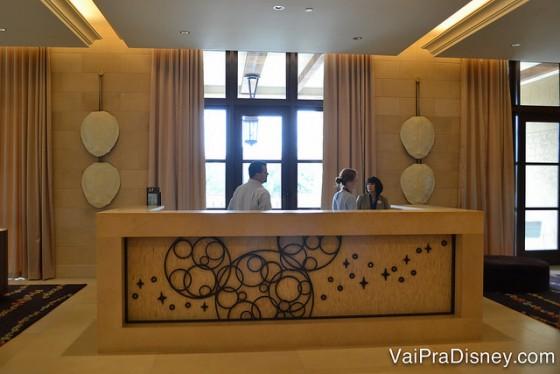 Foto do Disney Planning Center em frente à recepção, com um Mickey desenhado no balcão