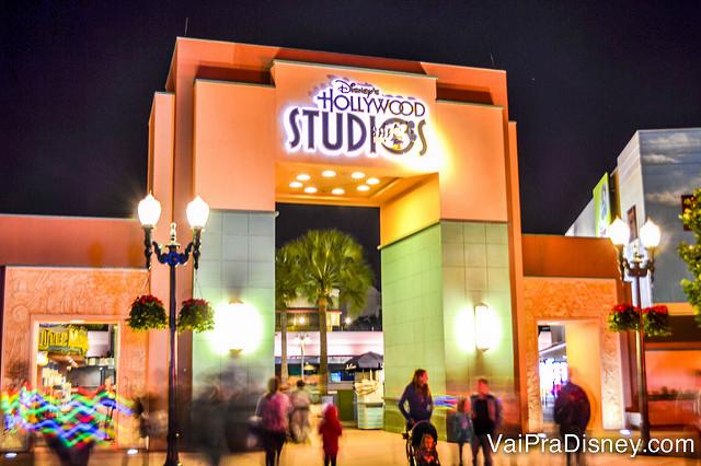 Meu parque amado! Foto de uma das entradas do Hollywood Studios à noite, iluminada.
