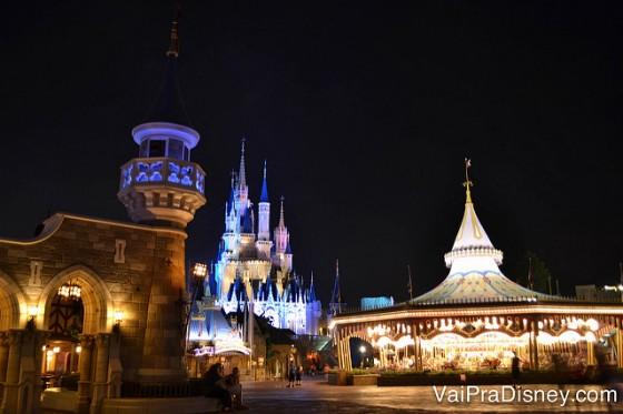 Um pouquinho da Fantasyland de noite!