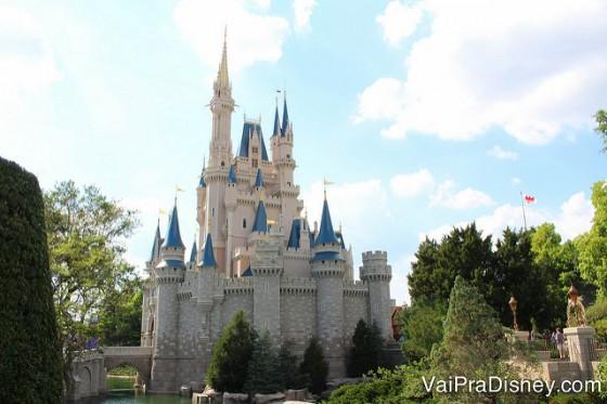 O castelo é lindo de dia e de noite!