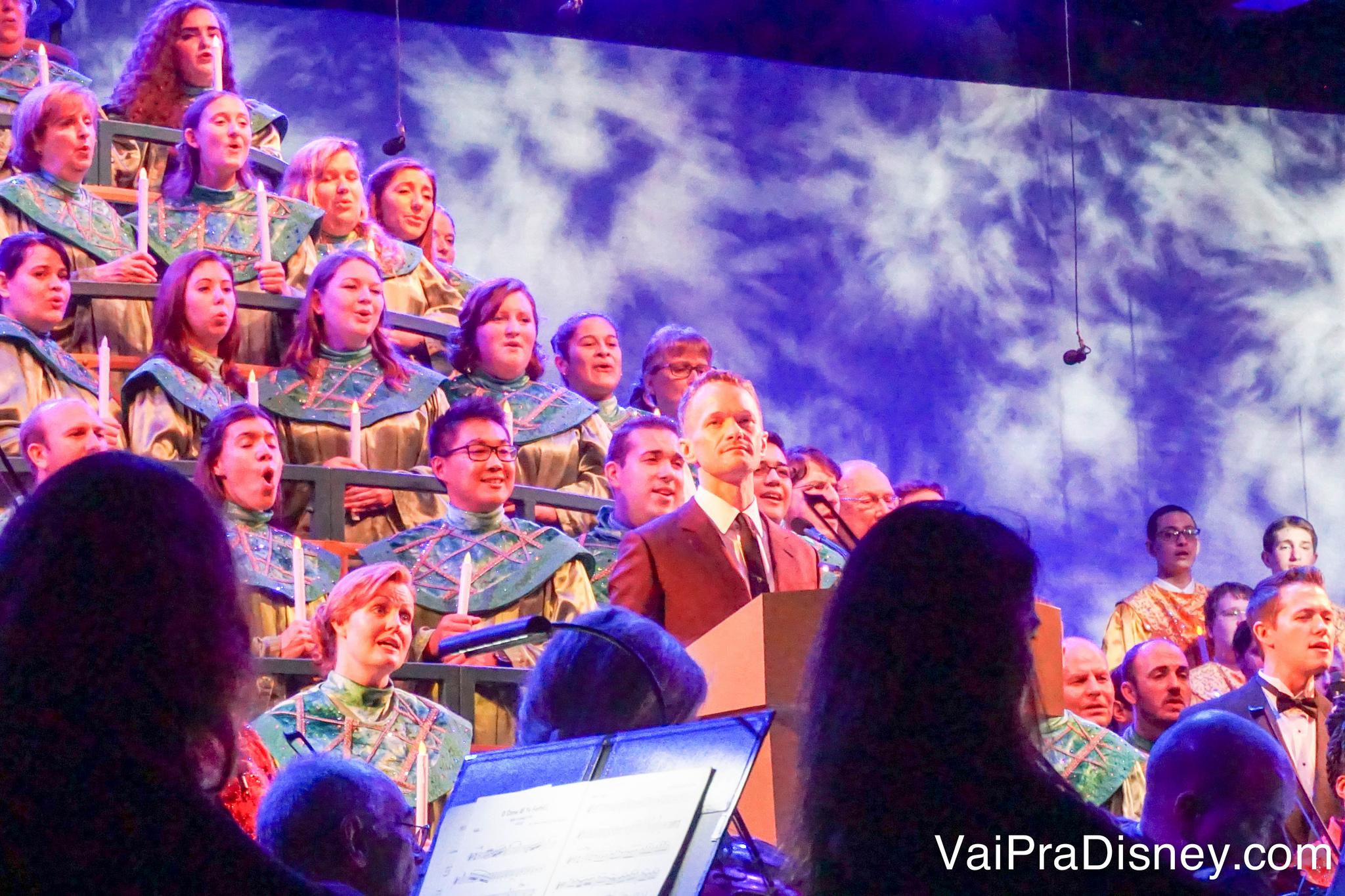 Foto da cantata de Natal do Epcot com o ator Neil Patrick Harris à frente, como narrador