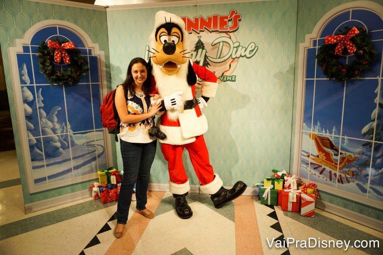 Imagem da Renata ao lado do Pateta vestido de Papai Noel na refeição com personagens especial de Natal do Hollywood & Vine.