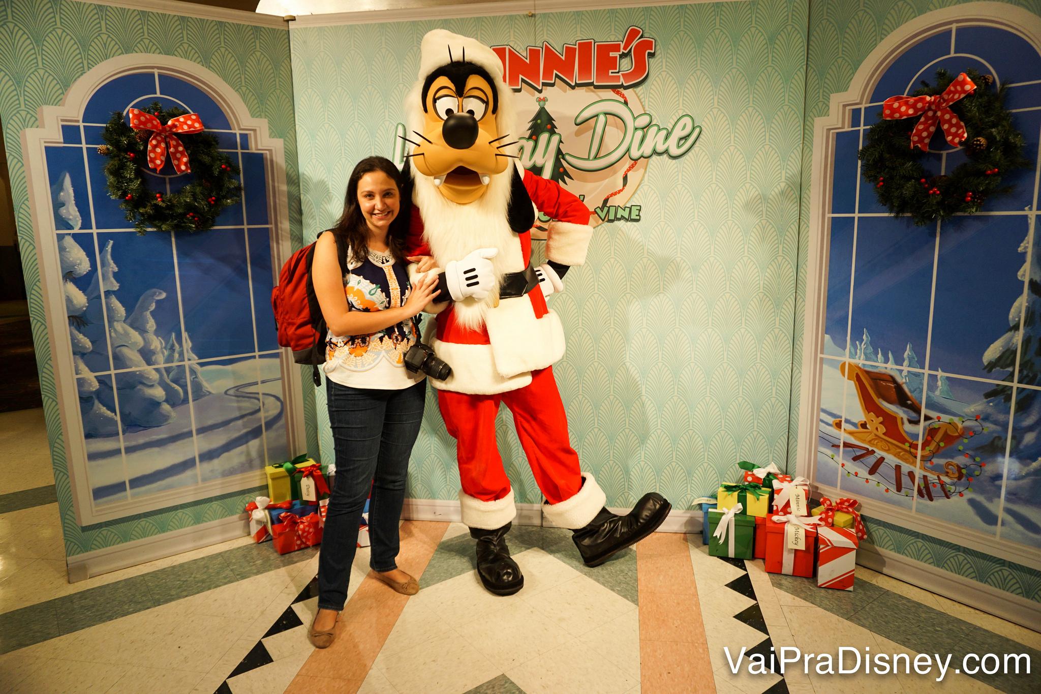 Foto da Renata com o Pateta vestido de Papai Noel no jantar com personagens no Hollywood & Vine especial de Natal