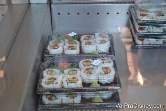 Bandeja de sushis para quem ama comida japonesa.