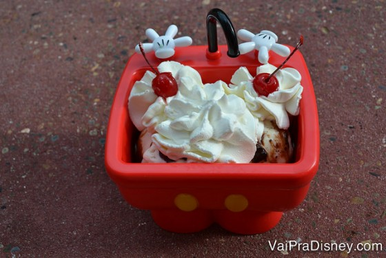 Eu adoro comprar essa pia do Mickey, sentar num cantinho da Main Street do Magic Kingdom e ficar comendo tranquilamente. É gigante então é um sundae para dividir, viu?