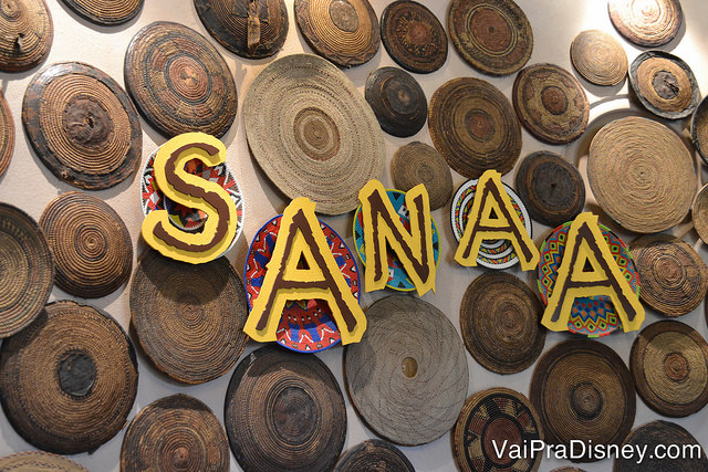 Placa com diversas placas redondas de madeira decorativas na entrada do Sanaa, no Animal Kingdom Lodge