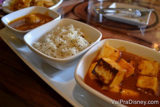 Prato do Felipe com frango, arroz e tofu (??) .