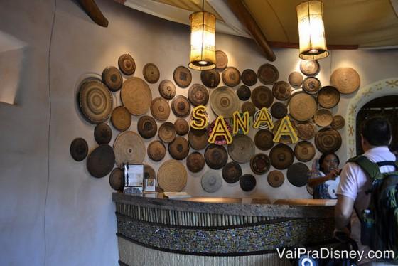 Recepção do Sanaa: chegue e peça uma mesa próxima da janela.
