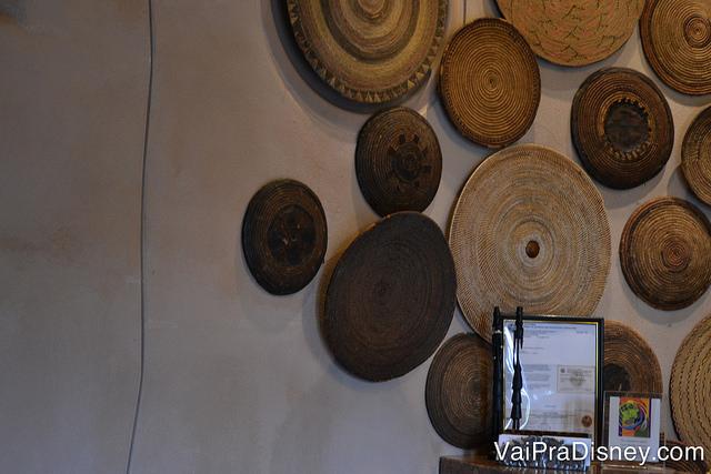 As esferas de madeira formando um Mickey na recepção