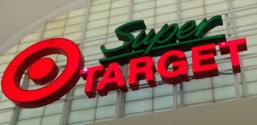 Foto da placa da Super Target em Orlando, com o logo da rede (um círculo vermelho dentro de outro círculo vermelho maior)