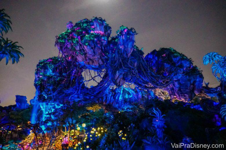 Imagem das montanhas flutuantes de Pandora, iluminadas à noite