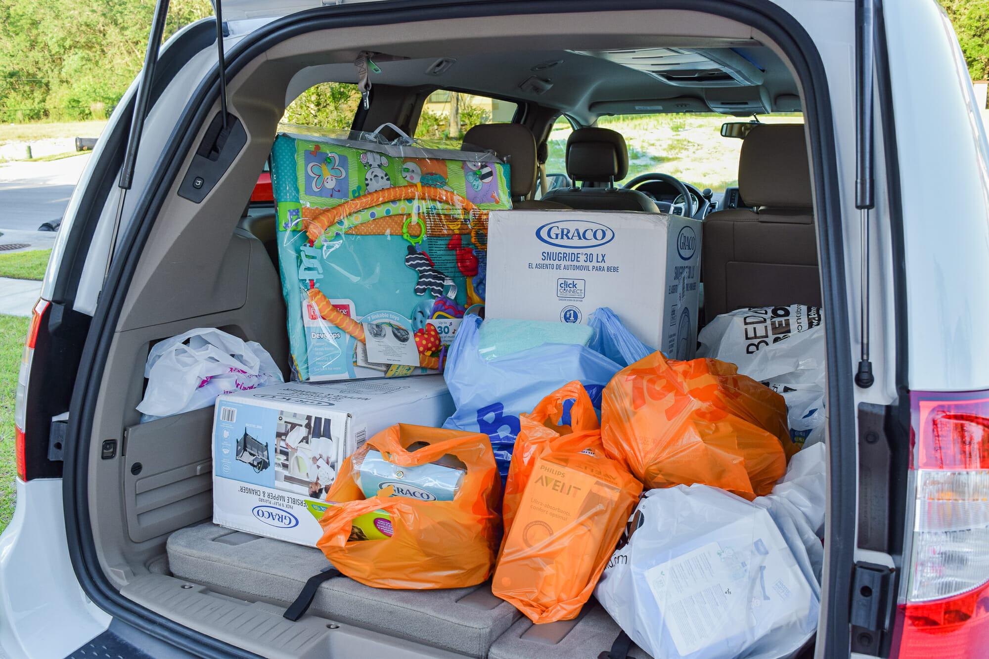 Foto de um porta-malas de carro cheio de sacolas de compras