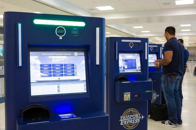 Totens de auto-atendimento da imigração americana no aeroporto. Créditos da foto: James Tourtellotte