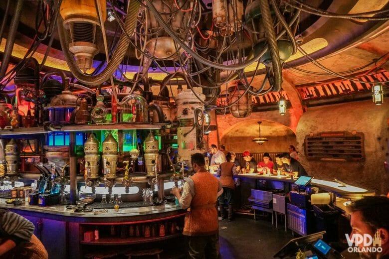 O Oga's Cantina em Galaxy's Edge oferece bebidas e petiscos e é todo temático! Foto do interior do Oga's Cantina, no Hollywood Studios, com o tema espacial