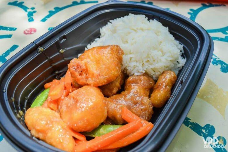 Yak & Yeti no Animal Kingdom. Foto do prato do Yak & Yeti, com arroz e frango ao mel.