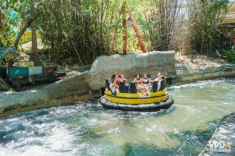 Para quem quer se molhar MUITO! Foto da atração Congo River Rapids no Busch Gardens, mostrando visitantes em um bote no rio de corredeira