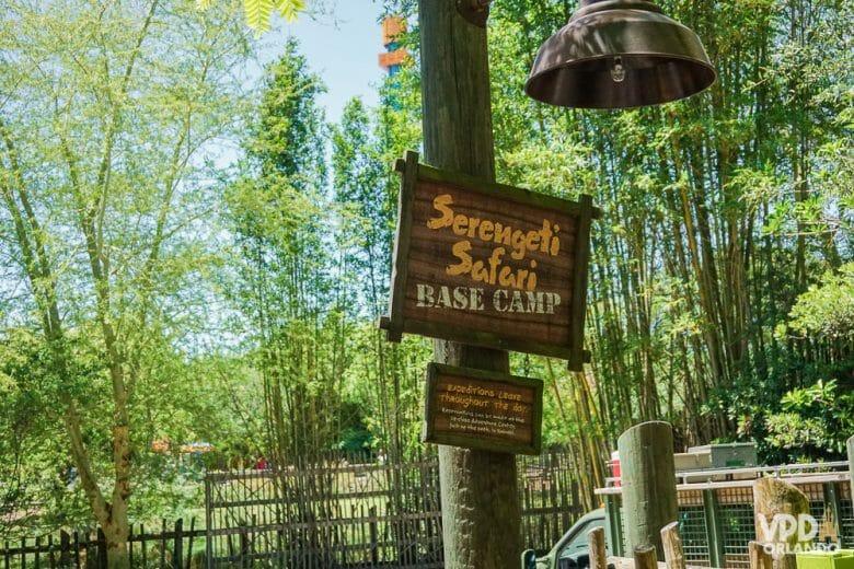 O Serengeti Safari é pago à parte no Busch Gardens. Foto das placas de madeira na entrada do Serengeti Safari