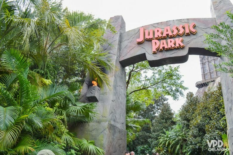 Entrada da área do Jurassic Park no Islands of Adventure com o emblemático portal do filme