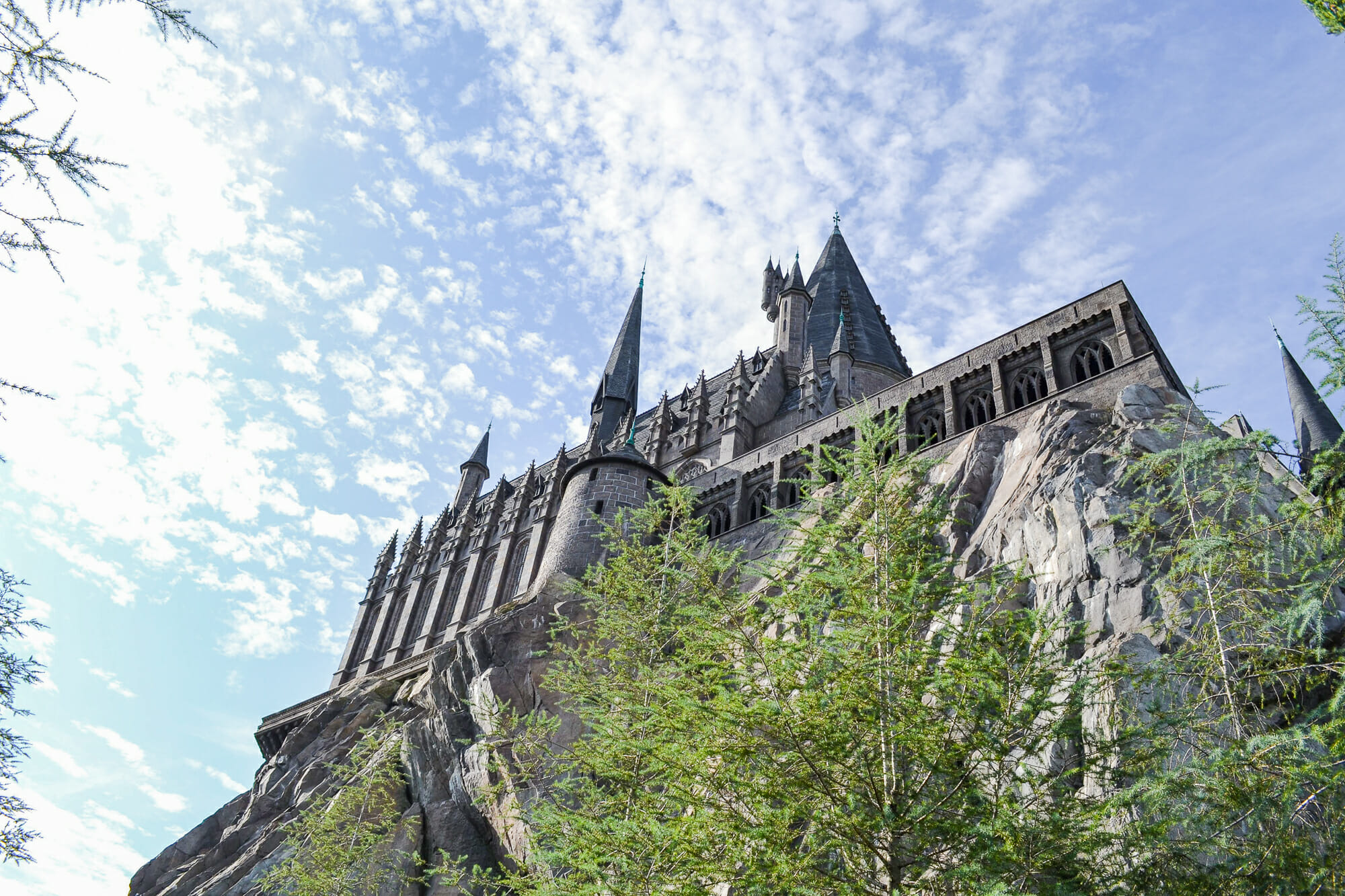Foto do castelo de Hogwarts, que fica na Universal, no Islands of Adventure, com o céu azul ao fundo