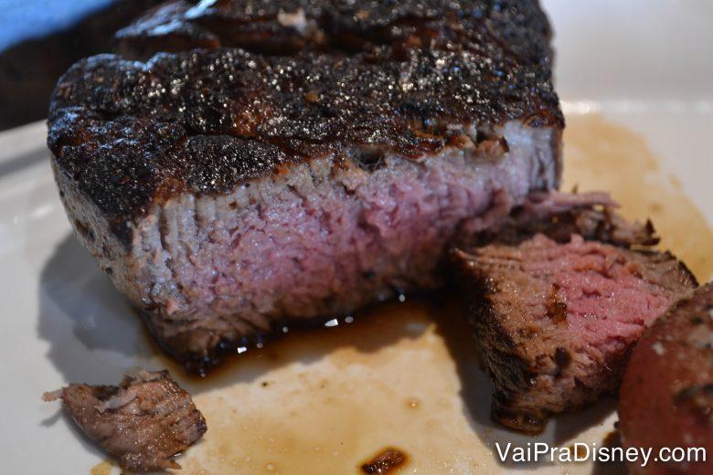 Foto da carne cortada no prato em um restaurante, mal passada e macia