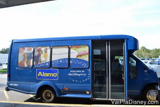 Shuttle da Alamo que te busca de graça nos hotéis da Disney. Obs: normalmente é esse mesmo shuttle que te busca mesmo se você for alugar na National, viu?