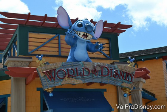 Foto do Stitch gigante na placa da loja World of Disney