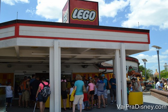 Foto da galera toda assistindo a corrida dos carrinhos de Lego na loja