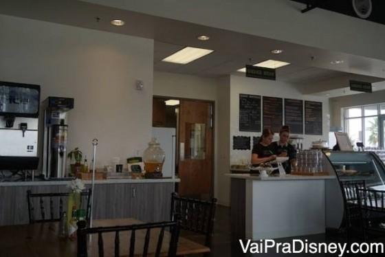 Por dentro o Green Kichen tem bem o estilão de um café americano.