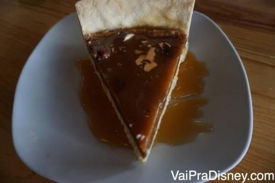 Torta com um creminho (meio de cheesecake), caramelo e pecan. Maravilhosa!