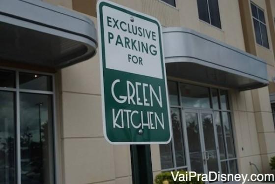 Vagas na frente do restaurante são só pros clientes do Green Kitchen!