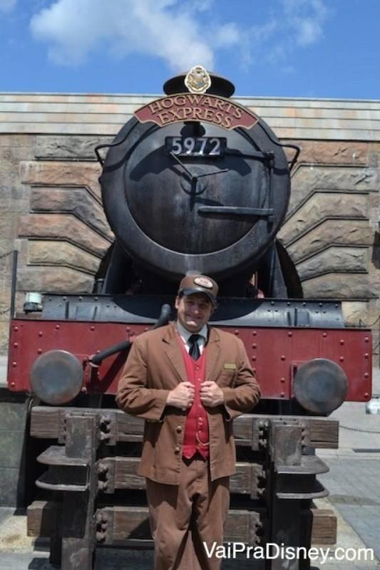 Maquinista em frente à replica do Expresso de Hogwarts.