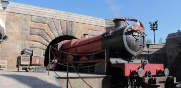 Foto do Expresso de Hogwarts saindo da estação que fica no vilarejo de Hogsmeade, no Islands of Adventure