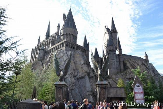 O castelo de Hogwarts é maravilhoso por fora e por dentro! Mas ele fica no complexo da Universal e não na Disney