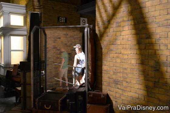 100 dicas em 100 dias: visitante passando entre as plataformas 9 e 10 da estação de King's Cross na Universal