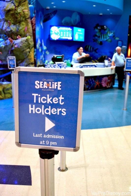 Plaquinha indicando a entrada para quem já tem ingresso. Já fica a dica: o último horário de entrada é 9h da noite, heim?