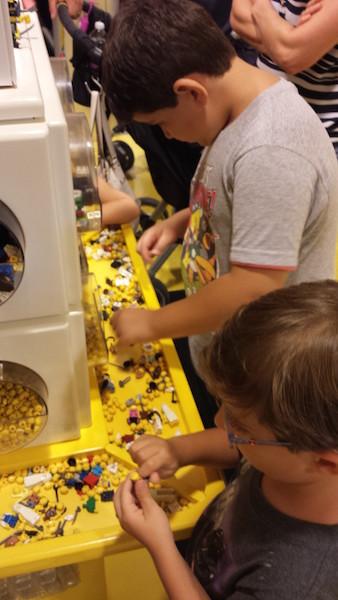 Meninos brincando na loja da Lego em Downtown Disney