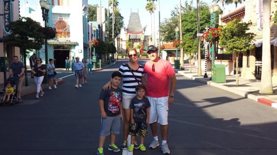 Família linda na entrada do Hollywood Studios
